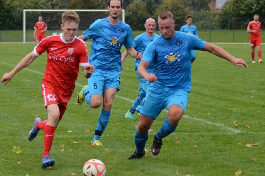 Der Treuener Louis Schlosser (links) erzielte beim 3:1-Sieg gegen Concordia Plauen das zwischenzeitliche 3:0. Hier wird er von Daniel Kammler (Mitte) und Marcel Vorwerg angegriffen.