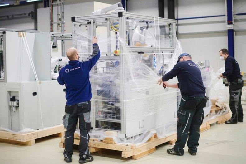 Kurz vor dem Jahreswechsel ist die erste Maschine aus der Schweiz in Freiberg eingetroffen. In der Eidgenossenschaft hat Meyer Burger die Smartwire-Technologie entwickelt, aus Hohenstein-Ernstthal kommen die Entwicklungen für die Heterojunction-Technologie.