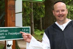 Michael Lohse lädt einmal im Monat als Mönch zur Themenwanderung ein.