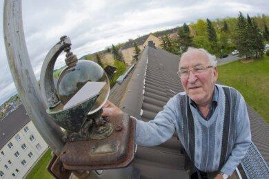 Harald Hutschreuther an einem Gerät zur Erfassung der Sonnenscheindauer, das auf dem Dach seines Hauses in Rodewisch angebracht ist. Das Foto entstand 2017.