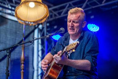 Rock aus Rochlitz: Bernd Birbils spielte am Freitagabend im Hof des Rochlitzer Schlosses vor 160 Gästen. Für ihn war es der erste Auftritt nach der Corona-Zwangspause.