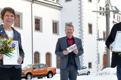 OB Sven Krüger (M.) dankte der ehemaligen Stadträtin Elfriede Schreiter und Thomas Hübler von MPU Freiberg für ihr Engagement um die Gratis-Rauchmelder für neugeborene Freiberger.