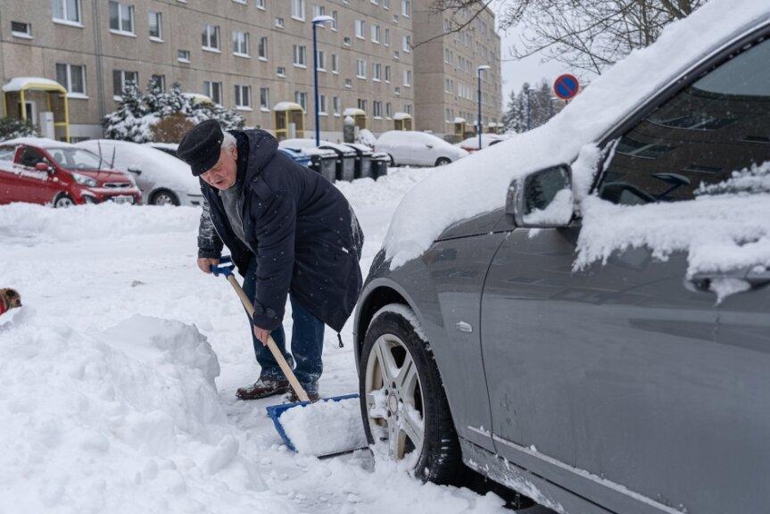 Einfach ins Auto steigen und losfahren war am Montag in Auerbach nicht drin. So wie Steffen Neupert am Bendelstein mussten alle Kraftfahrer zu Schaufeln oder Schneeschippen greifen.
