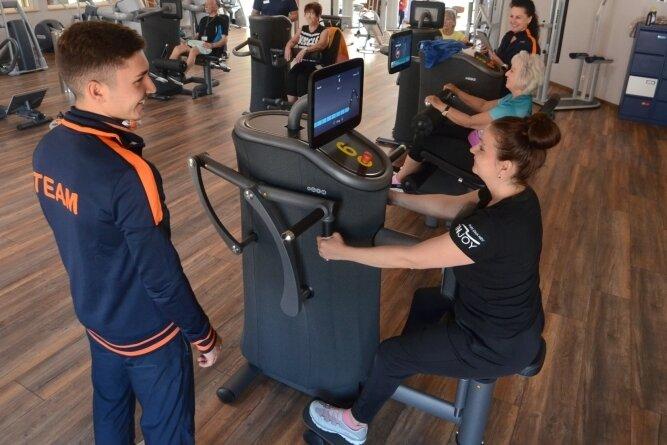 Auch am Hangweg in Falkenstein freuten sich Trainer wie Gäste, dass der Trainingsbetrieb endlich wieder starten konnte. Niclas Kubitz vom Injoy-Trainerteam gibt Yvonne Blei und den anderen Frauen Tipps, wie sie am effektivsten üben können.