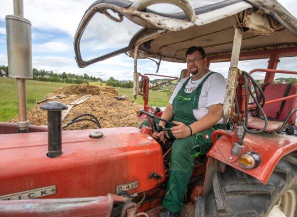 Derzeit bildet die Arbeit auf dem Feld den Schwerpunkt der Arbeit auf dem elterlichen Hof von Jan Großmann. Da gehört die Fahrt mit dem altgedienten Traktor schon fast zum täglichen Ritual.