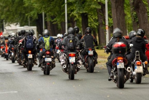 Bei strömenden Regen haben in Dresden rund 1000 Biker auf ihren Motorrädern protestiert.