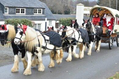 Der Nikolaus war am Sonntag mit einer sechsspännigen Kutsche und drei Engeln in Gopplasgrün, Erlbach und Markneukirchen unterwegs.
