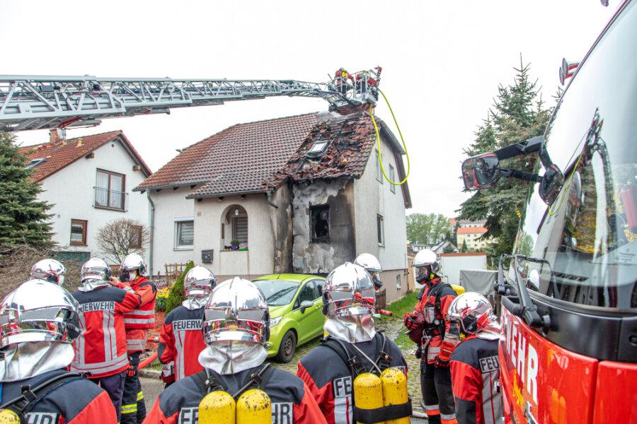 Dachstuhlbrand in Crimmitschau: 32 Feuerwehrleute im Einsatz