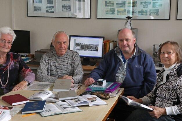 Die Mitglieder der Ortschronisten Lieselotte Miller, Joachim Friedrich, Marcus Rech und Gerda Bräunlich (von links) berichten über die neue Meeraner Zeittafel.