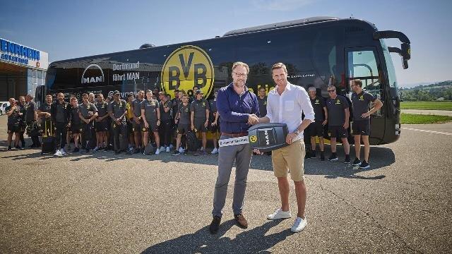 Hartmut Sander (links), Vice President Corporate Communications bei MAN Truck & Bus, übergab den symbolischen Schlüssel für den neuen BVB-Mannschaftbus an Sebastian Kehl, Leiter der Lizenzspielerabteilung bei Borussia Dortmund.