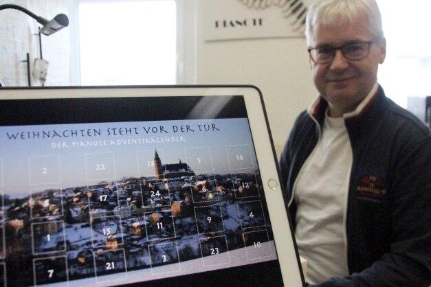 Musiker Gernot Müller stellt einen Adventskalender nach Noten online. Das Startbild zeigt die Stadtsilhouette von Schneeberg.