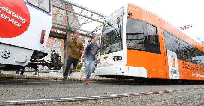 Lebensgefährliche Mutprobe in Plauen: Jugendliche springen vor Bahn