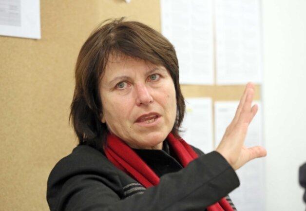 Klingelpartien von Unbekannten, Fett am Auto und Steine durchs Fenster: Zwickaus Oberbürgermeisterin Pia Findeiß (SPD).