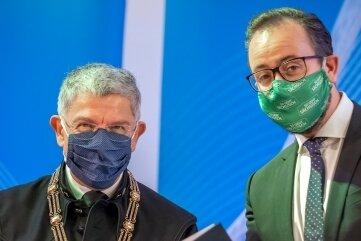 Sachsens Wissenschaftsminister Sebastian Gemkow (CDU, r.) überreichte Rektor Professor Klaus-Dieter Barbknecht am Mittwoch die Urkunde.