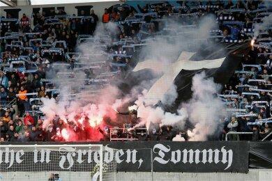 Am 9. März wurde im Stadion an der Gellertstraße vor dem Spiel des CFC gegen Altglienicke eines verstorbenen Neonazis gedacht. Der Verein sah sich dazu gezwungen und erstattete Anzeige.