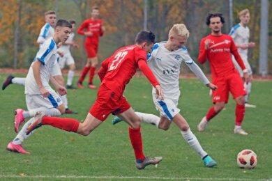 FSV-Spieler Norman Funke setzt den ballführenden Nordhäuser Spieler unter Druck. In der Arbeit gegen den Ball hat die Zwickauer Mannschaft unter Jörg Böhme große Fortschritte gemacht.
