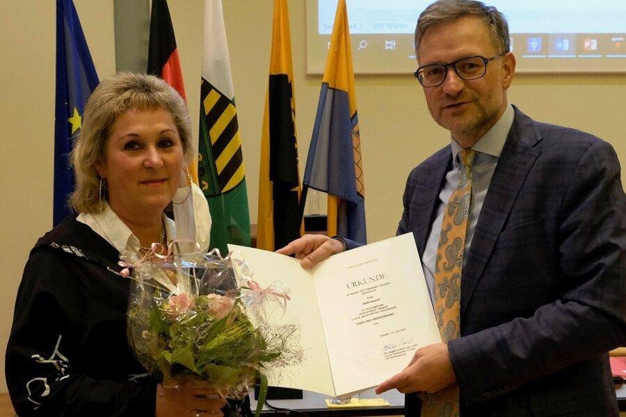 Oberbürgermeister Raphael Kürzinger hat Steffi Seumel bei der jüngsten Stadtratssitzung eine Ehrenurkunde überreicht.