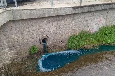 Eine bislang unbekannte Flüssigkeit ist am Montagabend in die Zwönitz gelaufen.