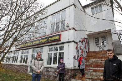 Sebastian Dämmler, Elisabeth Eberhardt, Ute Hoch und Patrick Bochmann (von rechts) am Eingangsbereich der Zapffabrik.