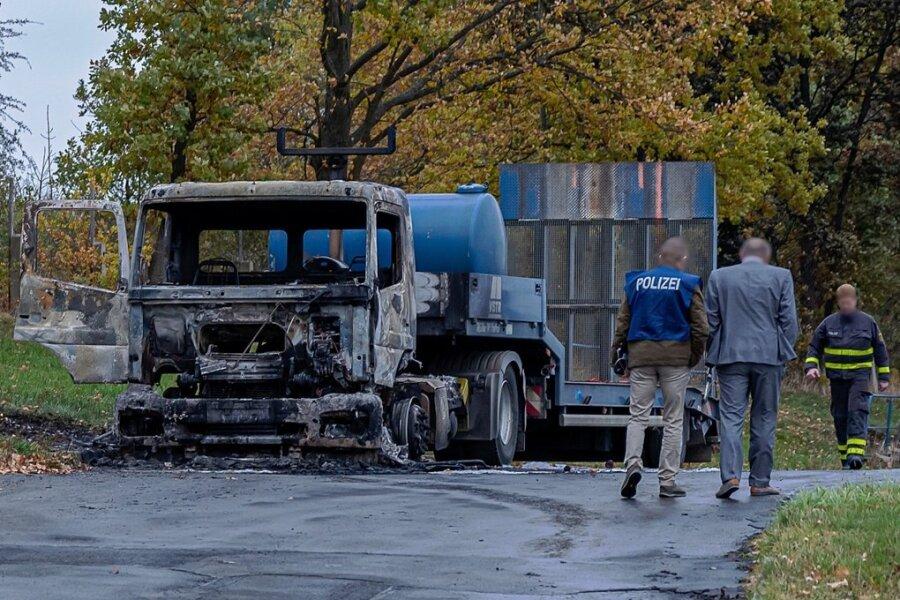 Eine der beiden ausgebrannten Zugmaschinen auf dem VSTR-Betriebsgelände in Rodewisch.
