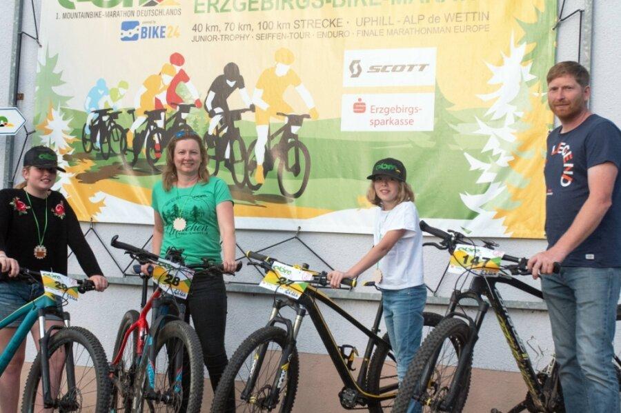 Kehrten im Mountainbikesattel zu den Wurzeln ihrer Familie zurück: Theresa, Katrin, Johanna und Thomas Zaspel.