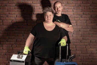Wenn Janine Schweitzer und ihr Mann Wolfgang kommen, wird aufgeräumt - mitunter mit schwerem Gerät zur Raumdesinfektion und Geruchsneutralisation. Ihre Arbeit, sagt Janine Schweitzer, mache sie glücklich.
