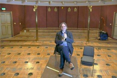 Intendant Ralf-Peter Schulze im ausgeräumten Besucherraum des Mittelsächsischen Theaters in Freiberg. Mittlerweile wurden kleine Tische und Stühle aufgestellt.