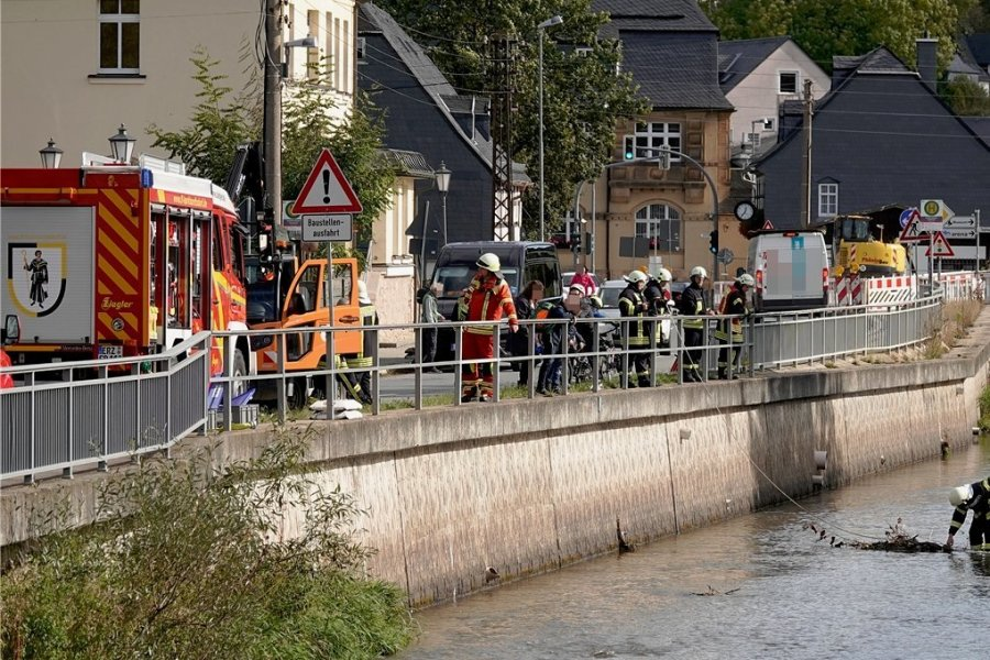 Im Bereich der Turnstraße und der Oberen Hauptstraße wurde am Freitagmittag eine nach Diesel riechende Flüssigkeit entdeckt.
