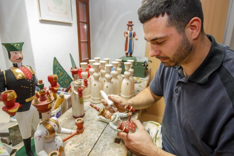 Robert Weigel will sich künftig auf die Restaurierung alter Erzgebirgischer Volkskunst konzentrieren. Bislang macht dieser Bereich lediglich 15 bis 20 Prozent seiner Arbeit aus.