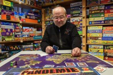 """Klare Regeln und die Kooperation der Spieler ist das Erfolgsprinzip des Spiels """"Pandemie"""". Laut Eberhard Neumann, Leiter des Spielemuseums, war es 2020 einer der Renner im Angebot des Museums."""