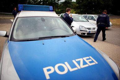 Zwickau: 50-Jährige schleift Mann auf ihrer Motorhaube mit