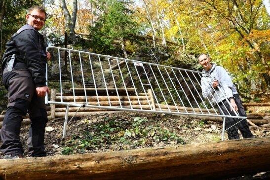 Franz Siebert (24/l.) vom Getzen-Rodeo-Verein und Dirk Uhlmann (45) vom Prolog-Team Hohndorf bauen um den Steilhang und um das Ziel Absperrungen auf.
