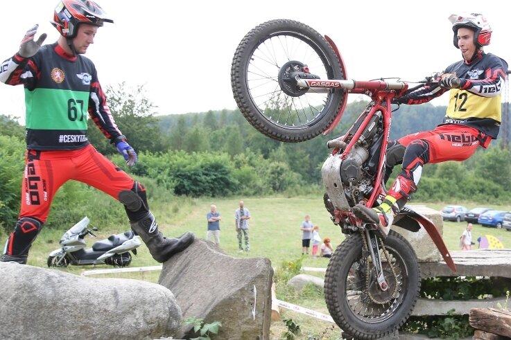 Paul Schmelzer kommt mit seiner Maschine über die Steine geflogen, während sein Bruder Max alles genau beobachtet. Für die Starter des MC Scheibenberg hätte es in Tschechien besser laufen können.