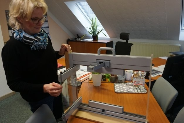 Jutta Bornemann, Vorstandschefin der Genossenschaft, zeigt ein Modell der Verglasung für die neuen Balkone.