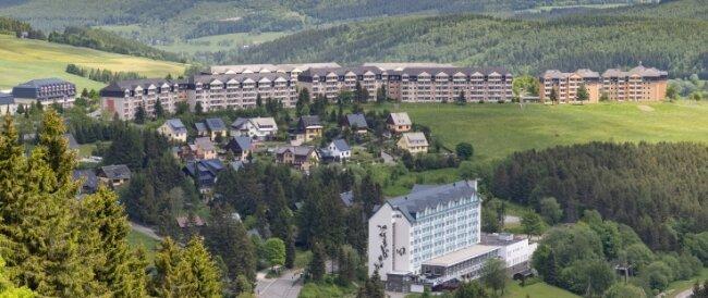 Blick auf den Sparingberg in Oberwiesenthal: Rechts hinten im Bild sind zwei der drei Punkthäuser zu sehen, die derzeit aufwändig modernisiert werden. Links daneben in einer Reihe die Wohnblöcke, die ebenfalls zu der Dresdner Unternehmensgruppe gehören und von ihr vermietet werden.