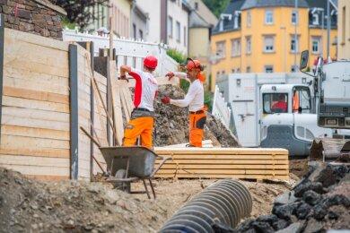 An der Karlsbader Straße wird gebaut - an Stützmauern, einem neuen Gehweg und einem Kanal. Bereits seit Ende Juli ist die Bundesstraße 169 zwischen Marienstraße und Priesterstraße deshalb voll gesperrt.