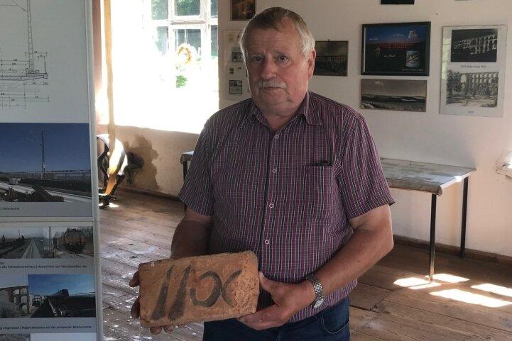 Andreas Ketzel präsentiert einen Stein der Göltzschtalbrücke. Was hat es mit der Nummer auf sich?