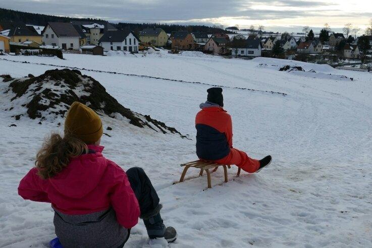 Auf dem Börnichener Rodelhang sind die Spuren der Erschließung des Baugebiets Stülpnerweg schon deutlich zu erkennen. Zwischen den Erdhügeln haben die Kinder aber trotzdem noch ihren Spaß.