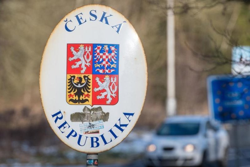 Ein Schild mit dem Wappen der tschechischen Republik steht an der deutsch-tschechischen Grenze.