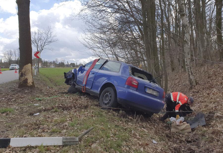 Audi überschlägt sich in der Kurve