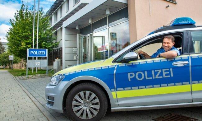 Kürzere Wege zum Einsatz: Polizeihauptmeister René Brendel im Streifenwagen vor dem früheren Reviergebäude in Flöha, das nun wochentags wieder von 6bis 20 Uhr regulär besetzt ist.