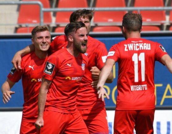 Morris Schröter schreit die Freude über seinen späten Siegtreffer gegen Braunschweig heraus und feiert den wichtigen Dreier am drittletzten Spieltag mit Elias Huth, Ronny König und Fabio Viteritti (von links).