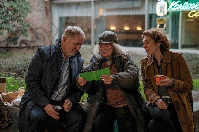 Bibi Fellner (Adele Neuhauser) und Moritz Eisner (Harald Krassnitzer) sprechen mit der Obdachlosen Sackerl-Grete (Inge Maux).