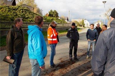 Vertreter der Stadtverwaltung hatten sich am Mittwoch mit dem Ortschaftsrat und Anwohnern in Zwoschwitz zur Ortsbegehung getroffen.