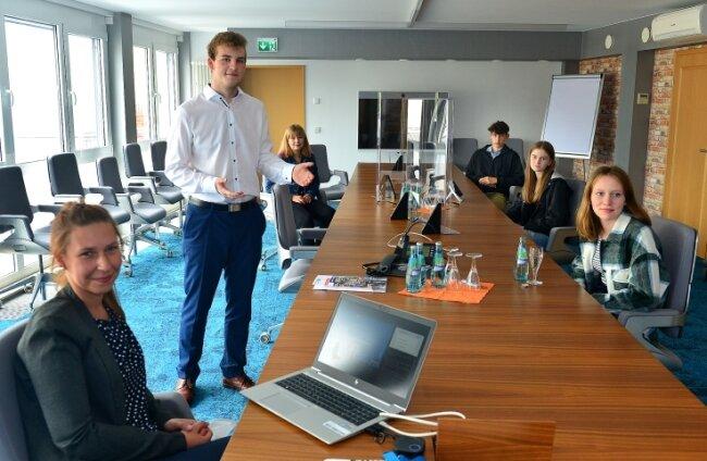 Stephanie Blönau und Azubi Carsten Schubert (v. l.) stellen im hauseigenen Schulungsraum den Schülern die Volksbank Mittweida vor.