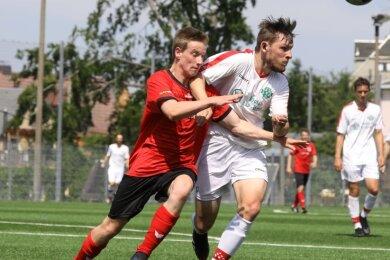 Dustin Beetz (links) und seine Teamkameraden vom SV Heinrichsort/Rödlitz wollen ihren Trainer Dietmar Reichel am Samstag gern mit dem Sieg im Kreispokalwettbewerb verabschieden.