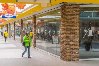 Der Eingangsbereich des neuen Rewe-Marktes, der am 12. November eröffnet wird. Die Säulen sind jetzt verklinkert, auch die Fußböden in der Mall haben neue Fliesen bekommen.