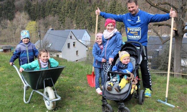 Die Kinder Rudi, Ella, Emma, Lena und Bruno (v. l.) freuen sich auf den neuen Spielpatz. Initiator Udo Haußmann hat schon mal die Werkzeuge herausgeholt.