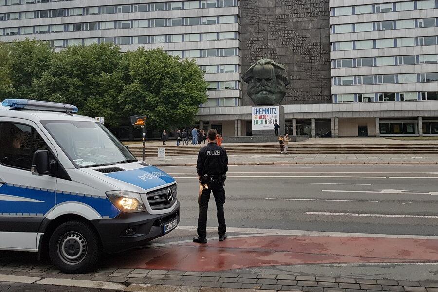 Am Sonntagabend hing das Plakat wieder am Sockel des Karl-Marx-Monumentes.