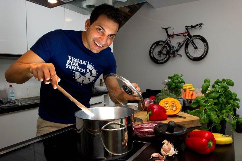 Attila Hildmann, Autor mehrerer veganer Kochbücher, kocht am 19.02.2014 in seiner Küche in Berlin. Seine Kochbücher stehen auf den Bestsellerlisten. Hildmann ist der Vorzeigemann der Veganer-Szene.